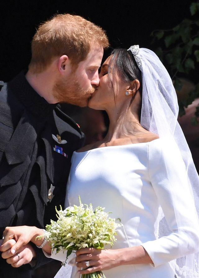 PIERWSZE zdjęcia Meghan i Harry'ego po ślubie. Czy TAK wygląda królewska para?