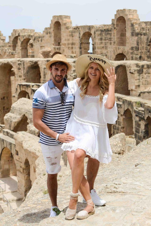 Jakub Kucner ze swoją  dziewczyną w Tunezji