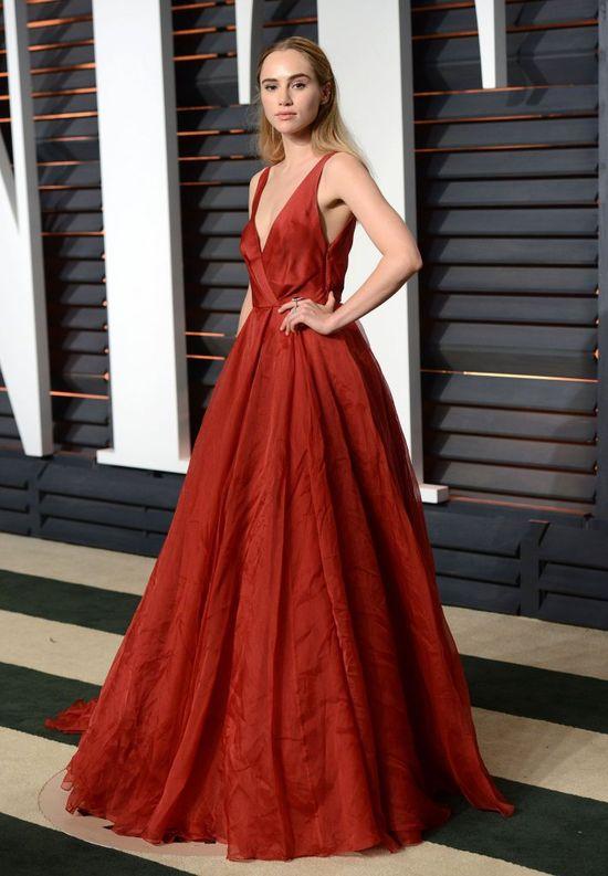 Suki Waterhouse w bordowej sukni na after party po Oscarach 2015