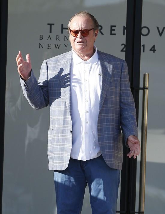 Jack Nicholson myślał, że jego matka jest siostrą. Prawdy dowiedział się w wieku 37 lat. Aktor skrytykował gwiazdy, które swoje problemy zrzucają na karb problemów w dzieciństwie. - Nie rozumiem ich. Nie można za wszystko winić dzieciństwa. Mnie wychowywali dziadkowie i do 37 roku myślałem, że moja prawdziwa matka jest moją siostrą. To był dla mnie cios i życie wywróciło mi się do góry nogami, ale nie wyobrażam sobie, żebym mógł zwalać na to winę za cokolwiek. Mogło przydarzyć mi się coś znacznie gorszego, a w sumie i tak miałem niezłe życie - powiedział niedawno aktor.