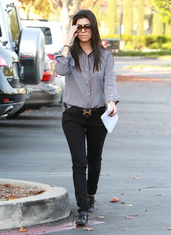 Kourtney Kardashian w rurkach i koszuli, 2010 rok