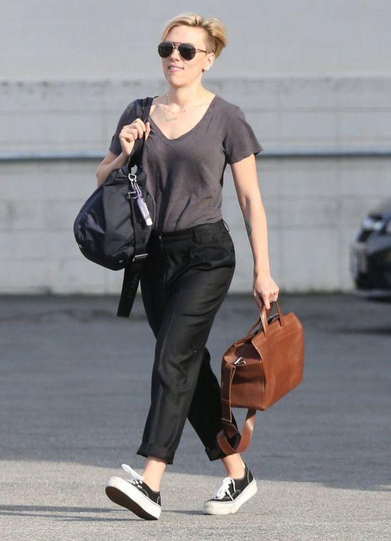 Scarlett Johansson w szarej koszuli, luty 2015
