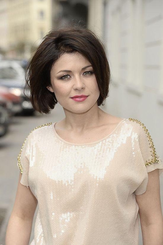 Kasia Cichopek w bluzce ze złotymi akcentami.
