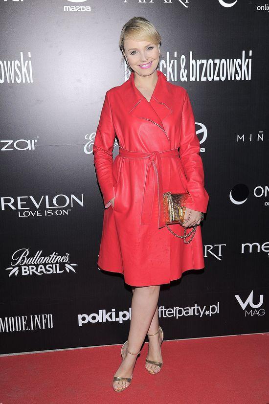 Agnieszka Jastrzębska w czerwonym płaszczu na pokazie nowej kolekcji Paprocki&Brzozowski, maj 2015