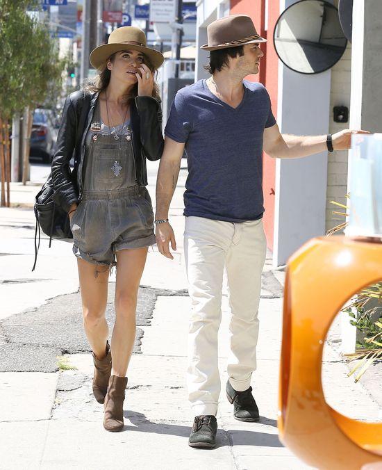 Nikki Reed w kowbojkach i kapeluszu