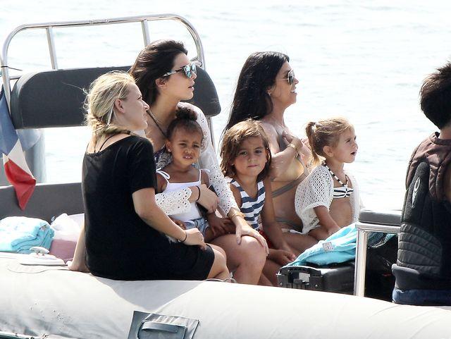 Kardashianki prężą się w bikini – lato 2015