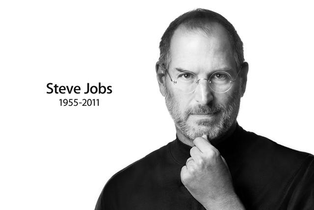 Rodzice Steve'a Jobsa oddali go do adopcji gdy był jeszcze niemowlakiem. Kiedy się urodził, byli w trudnej sytuacji, nie mieli ślubu. Potem się pobrali i mieli jeszcze córkę. Ponoć Steve odnalazł ich po latach i miał z nimi dobre kontakty.