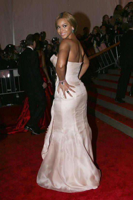 Beyonce w długiej, jasnoróżowej sukni na gali MET w 2007 roku.