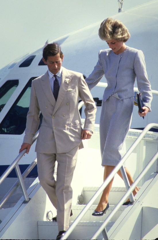O księżnej Dianie musi wiedzieć każda osoba, która interesuje się modą - to ona w latach 90. uchodziła za prawdziwą ikonę stylu. Trafiła do grona najlepiej ubranych kobiet w najnowszej historii, tuż obok Jackie Kennedy i Audrey Hepburn. Jej urocza niesubordynacja wobec tradycji angielskiej monarchii oraz wdzięk sprawiły, że jeszcze za życia była legendą. Wydawać by się mogło, że wówczas powiedziano i napisano już o niej wszystko. Tymczasem mamy dla Was kilka faktów, których możecie być nieświadomi: