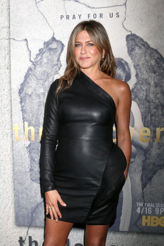Nie będzie dla Was zaskoczeniem, że Jennifer Aniston (48 l.) widnieje na najnowszej okładce magazynu Star. Szokować może jednak rola, w której Jenn pojawia się w tabloidzie. Tym razem ani się nie rozwodzi, ani nie zbliża do porodu, a... pisze książkę!