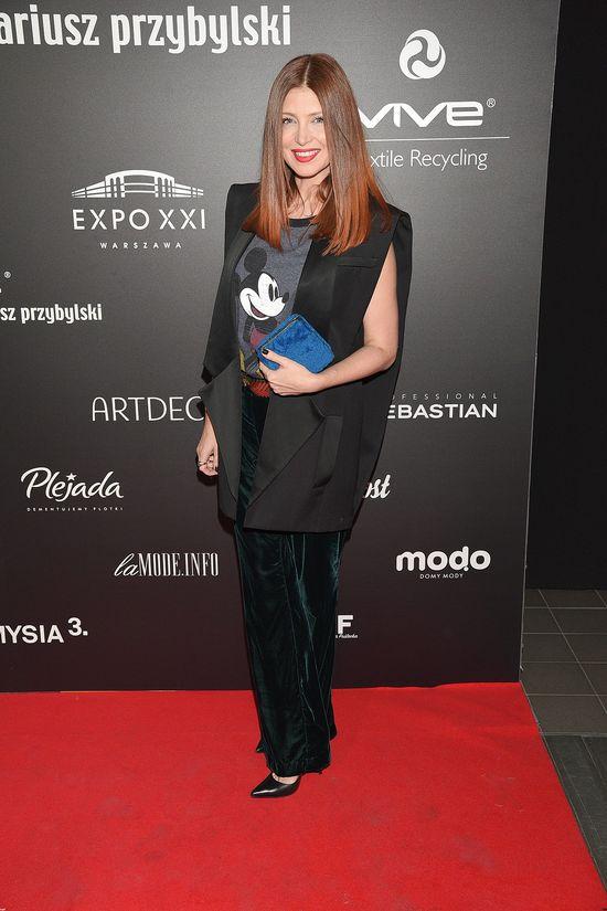 Ada Fijał w koszulce z nadrukiem na pokazie Mariusza Przybylskiego