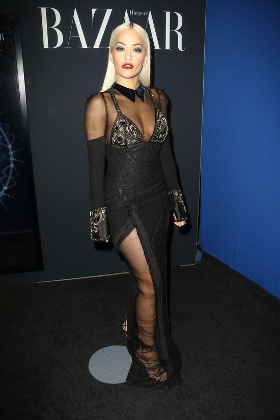 Rita Ora w czarnej sukni z przezroczystym dekoletm
