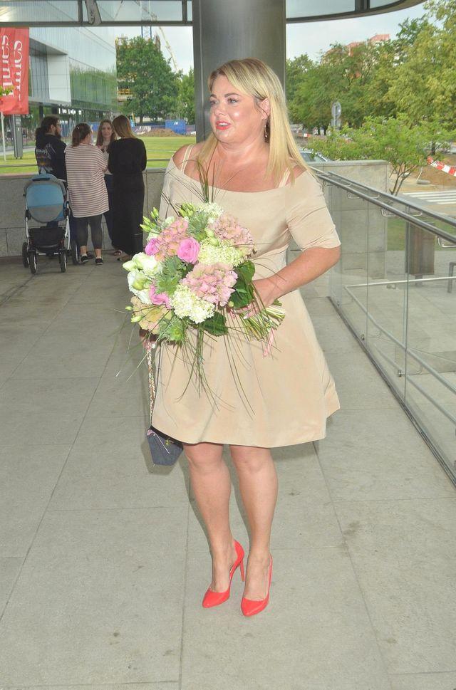 Katarzyna Niezgoda szczuplejsza, w nowej fryzurze i kobiecej stylizacji