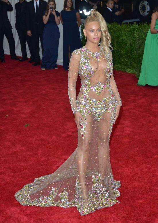 Beyonce w prześwitującej kreacji na gali MET