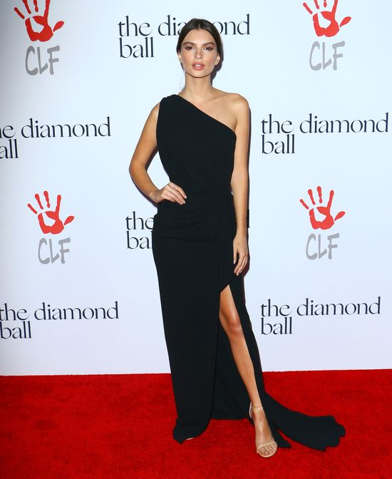 Emily Ratajkowski w czarnej sukience na imprezie Rihanny