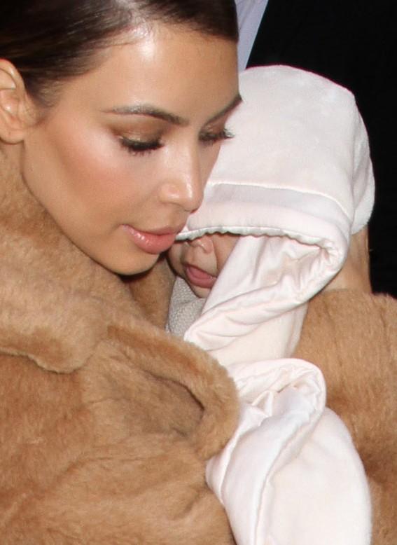 Wydekoltowana Kim Kardashian z małą Nori
