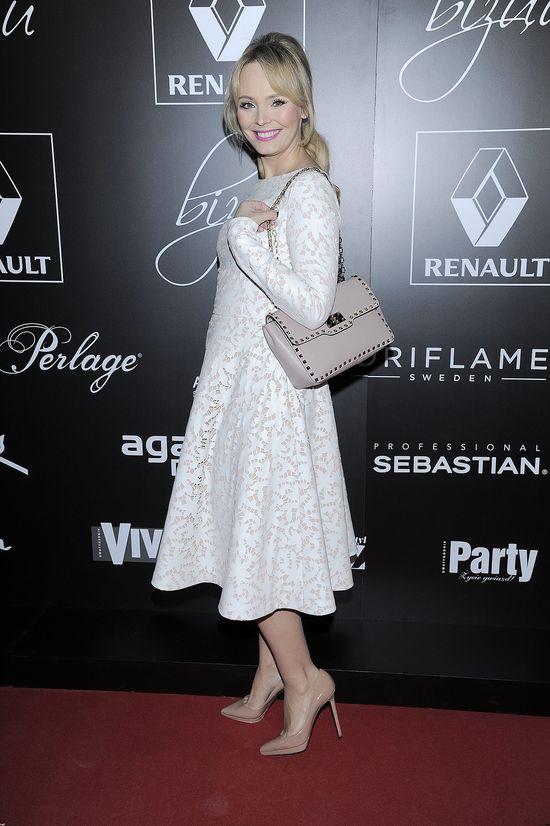 Agnieszka Jastrzębska na pokazie Bizuu w białej rozkoloszowanej sukience