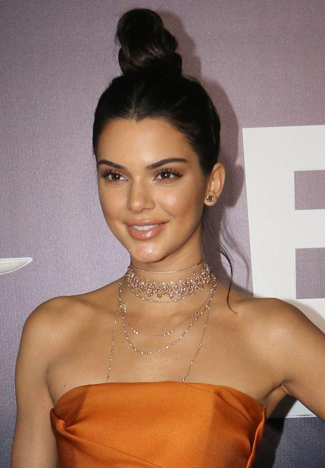 Trądzik i napompowane usta Kendall Jenner – zoom na twarz modelki