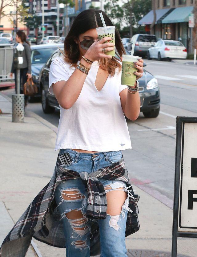 Kylie Jenner w podartych dżinsach