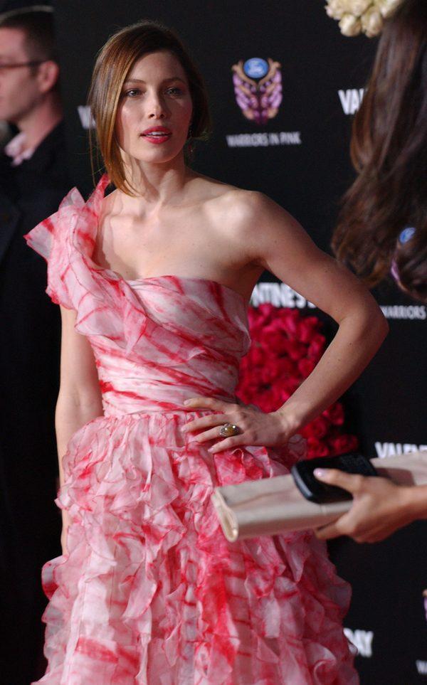 """Jessica Biel w romantycznej kreacji z falbankami na premierze filmu """"Walentynki"""", 2010 rok."""