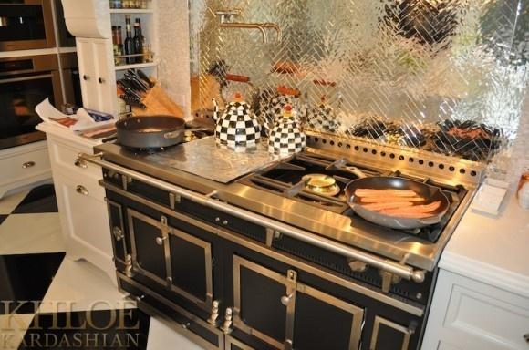 Kris Jenner ma dopasowany półmisek do podłogi i czajników