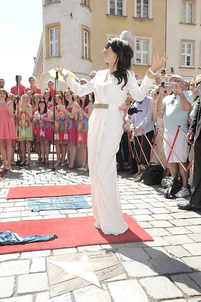 Justyna Steczkowska odsłoniła swą gwiazdę przed opolskim ratuszem.