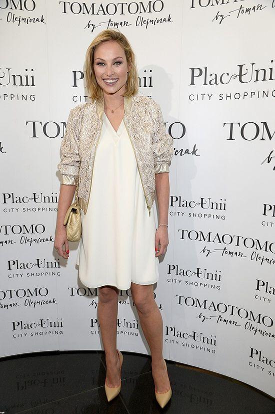Weronika Książkiewicz w białej sukience i złotej kurtce na otwarciu butiku Tomaotomo