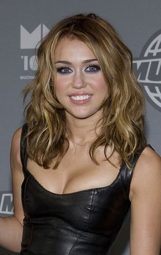 Miley Cyrus wydała $24,000 na nowe doczepiane włosy!