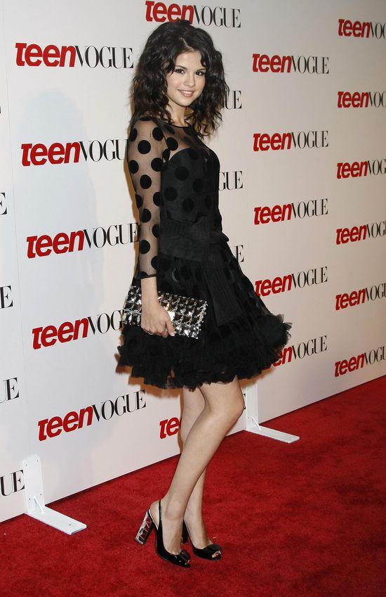 Selena Gomez w czarnej sukience w groszki