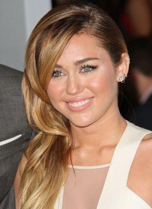 Miley Cyrus chwali się nowym pierścionkiem (FOTO)