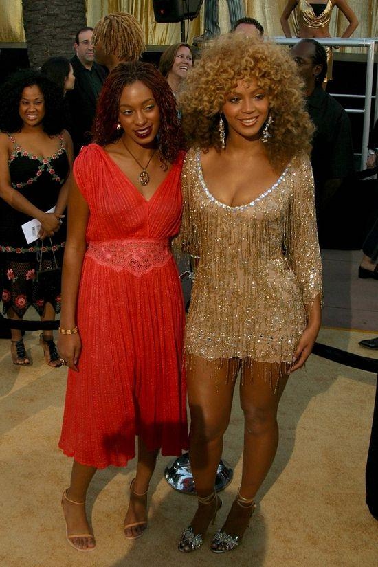 Solange w czerwonej sukience i Beyonce w afro i z�otej mini z fr�dzelkami