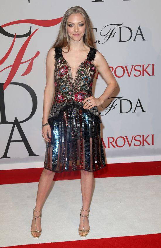 Amanda Seyrfied w sukni z dekoltem i wysadzanej kamieniami na CFDA 2015