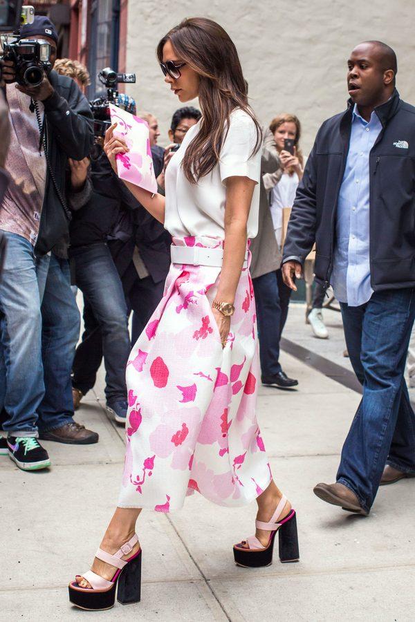 Victoria Beckham w rozkloszowanej spódnicy w kwiaty