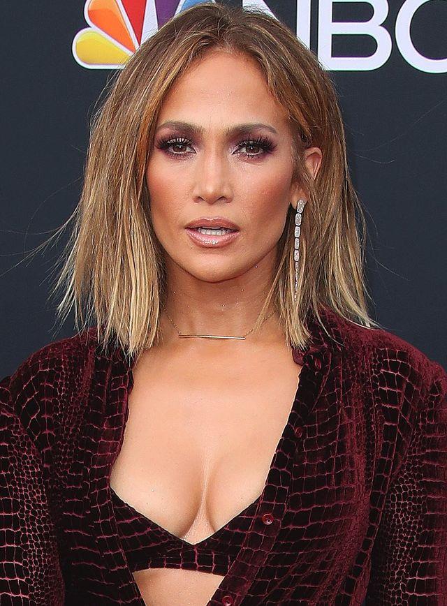 Jennifer Lopez na gali Billboard w spódnicy ze skóry aligatora