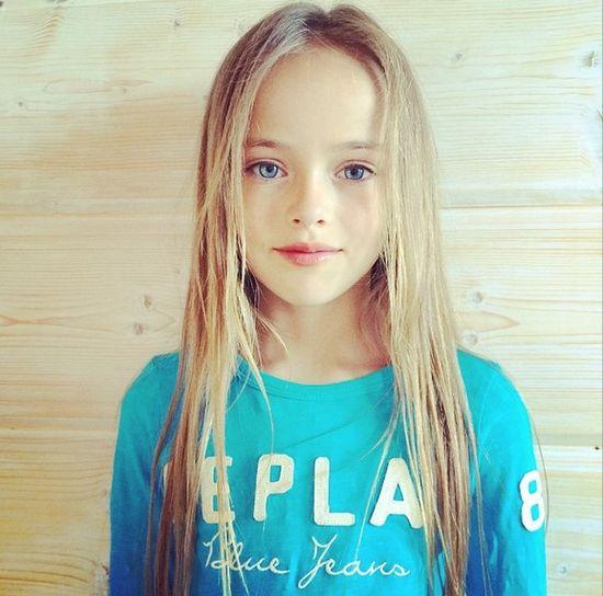"""Kristina Pimenowa miała 3 lata, gdy wzięła udział w swojej pierwszej sesji zdjęciowej. Dzisiaj dziewczynka ma 9 lat i status... """"supermodelki""""."""