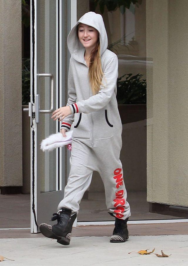Noah Cyrus jest młodszą siostrą Miley Cyrus. Ma 15 lat.