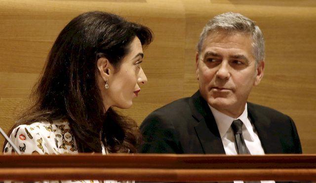 George Clooney nareszcie został ojcem. Jego małżonka Amal Clooney urodziła niedawno bliźniaki, które są całkowicie zdrowe. Niestety, jak dowodzi zachodnia prasa... może im grozić poważne niebezpieczeństwo. Wszystko dlatego, że Państwo Islamskie wzięło za cel celebrytów ze światowego show-biznesu. Świadczyć miał o tym list udostępniony przez jednego z terrorystów tuż po nieudanym zamachu na piłkarzy Borussii Dormund.
