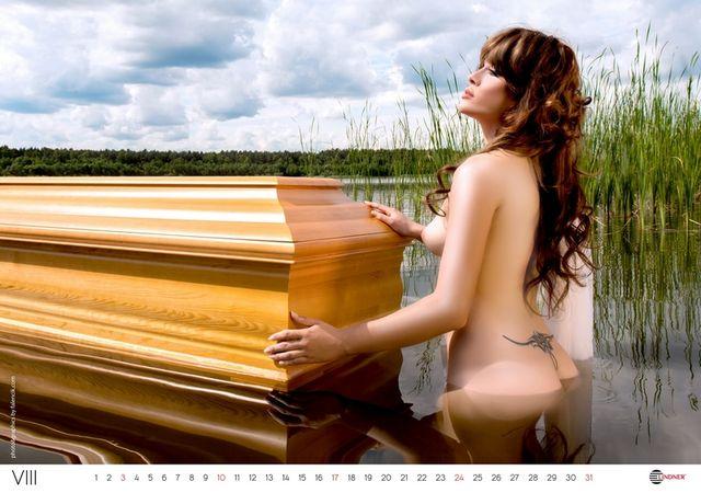 Nagie modelki reklamują trumny (FOTO)