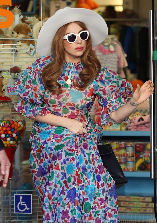 Wzorzysta sukienka, fale, okulary i kapelusz (FOTO)