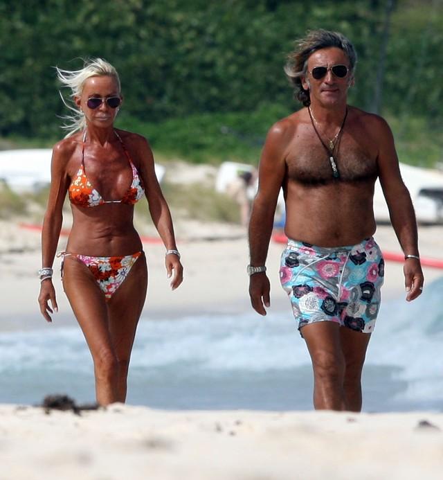 Donatella Versace w bikini na francuskiej plaży.