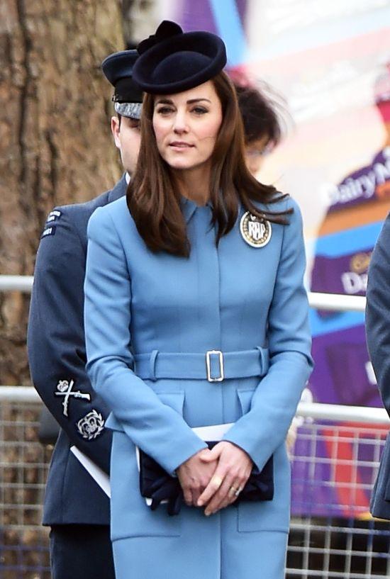 �ona Ksi�cia Williama w niebieskiej stylizacji.