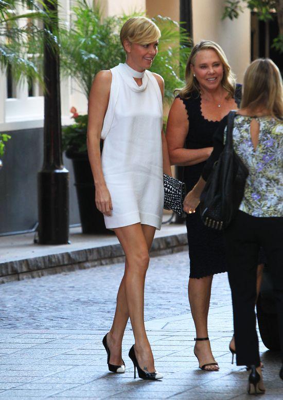 Charlize Theron, biała sukienka z szalem