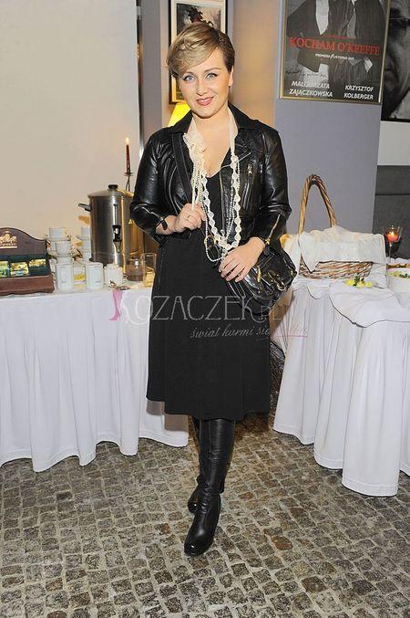 Kasia Klich w czarnej ramonesce i krótkich włosach