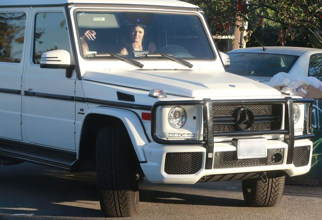 Kylie i Kendall Jenner biegną do auta