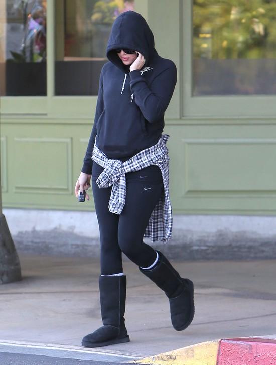 Khloe Kardashian Wystarczy, że ma na sobie dres i buty, które do seksownych nigdy nie będą należeć.