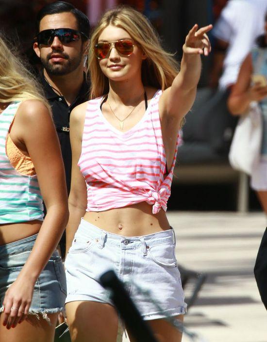 Gigi Hadid w różowej koszulce w paski