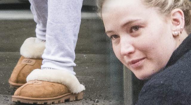 Jennifer Lawrence w piżamie i bez makijażu z pieskiem Pippi