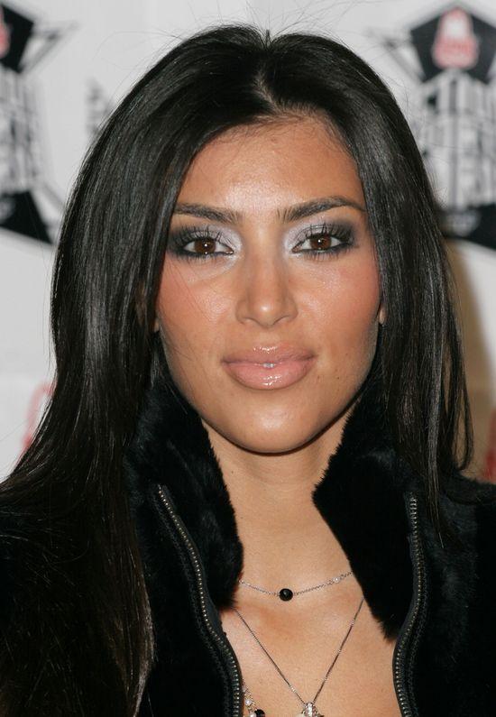 Kim Kardashian, makijażowa wpadka z niebieskimi cieniami i błyszczącą cerą