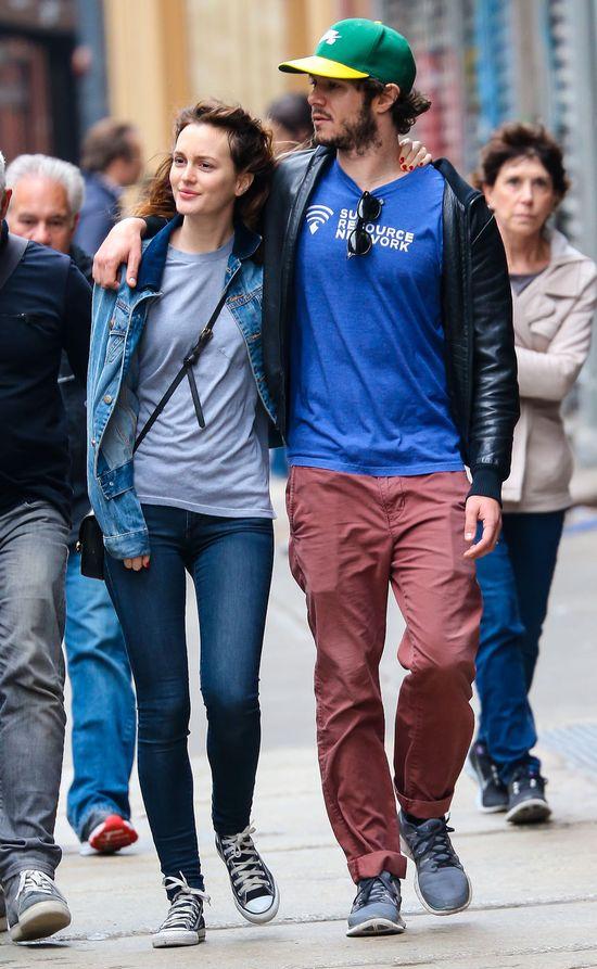 Leighton Meester i Adam Brody na spacerze, maj 2014 roku. Leighton w jeansach, trampkach, katanie i bez makijażu.