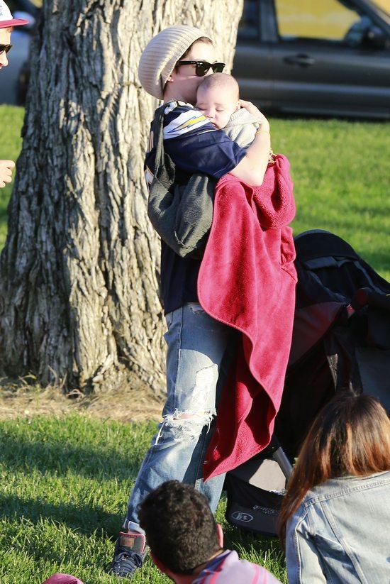 Anne Hathaway opiekuje się z dzieckiem przyjaciół
